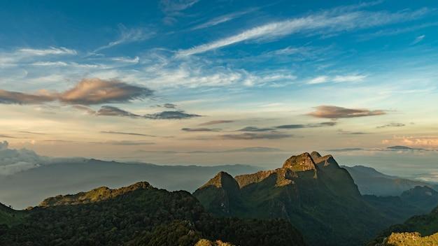 Krajobraz wschodu słońca w dolinie górskiej w doi luang chiang dao, chiangmai tajlandia.