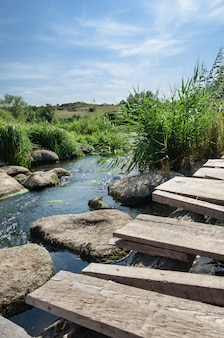 Krajobraz wsi rzeka w lecie