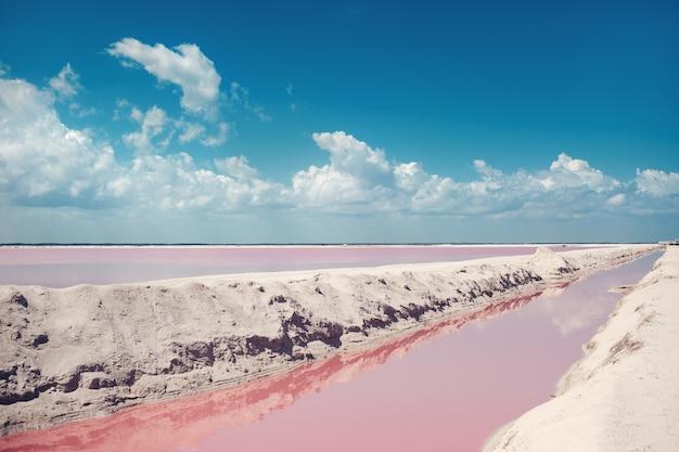 Krajobraz wspaniałej czerwonej wody do produkcji soli w pobliżu rio lagartos