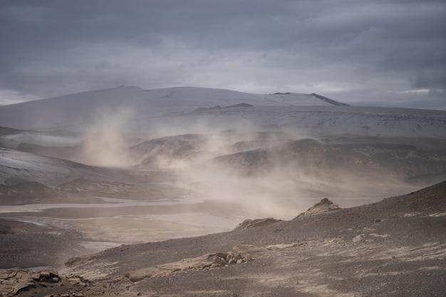 Krajobraz wulkaniczny podczas burzy popiołów na szlaku turystycznym fimmvorduhals. islandia.