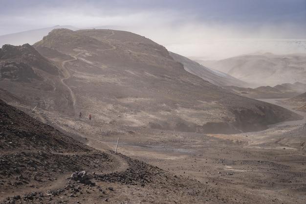 Krajobraz wulkaniczny podczas burzy popiołów na szlaku turystycznym fimmvorduhals
