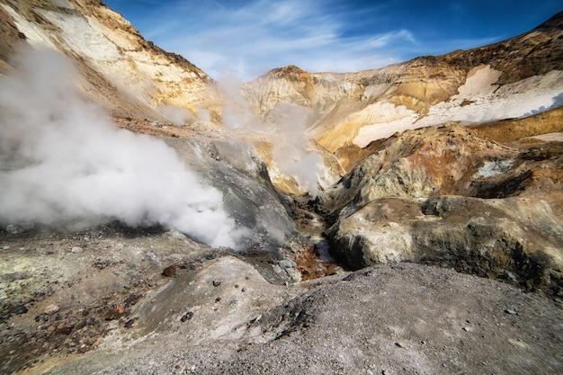 Krajobraz wulkaniczny w kraterze wulkanu mutnovsky. daleki wschód rosji, półwysep kamczatka