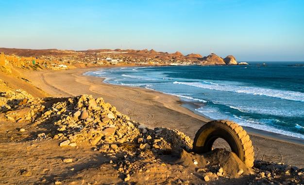 Krajobraz wybrzeża pacyfiku w peru w chala