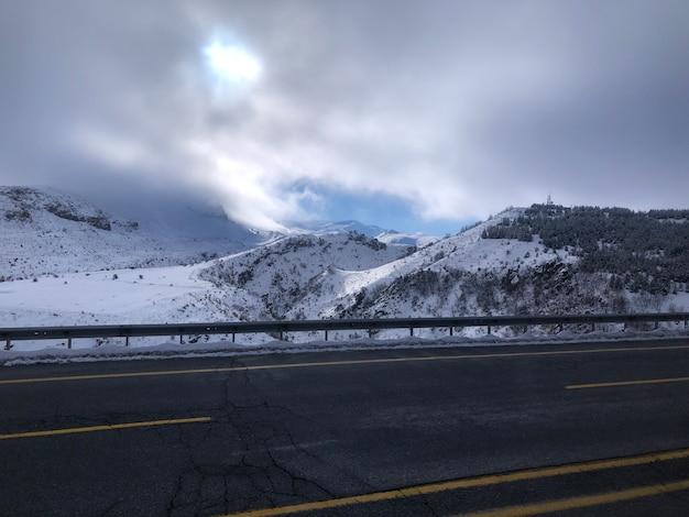 Krajobraz wzdłuż drogi w ośrodku narciarskim erciyes, turcja