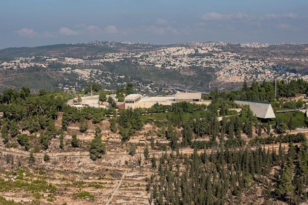 Krajobraz yad vashem pod zachmurzonym niebem w jerozolimie w izraelu