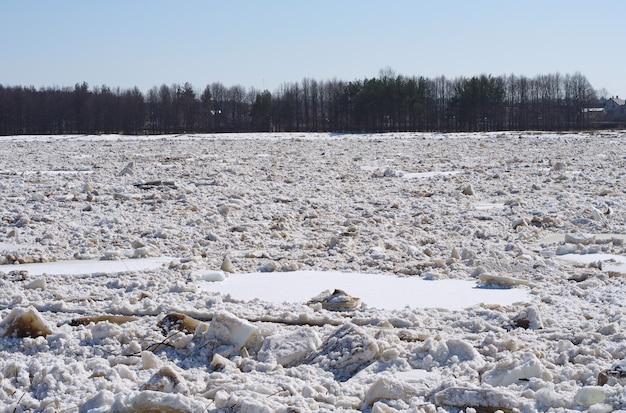 Krajobraz z dryfującym lodem na rzece
