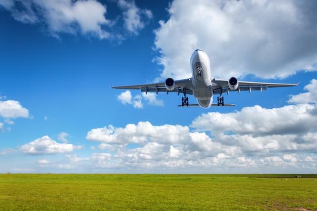 Krajobraz z dużym białym samolotem pasażerskim