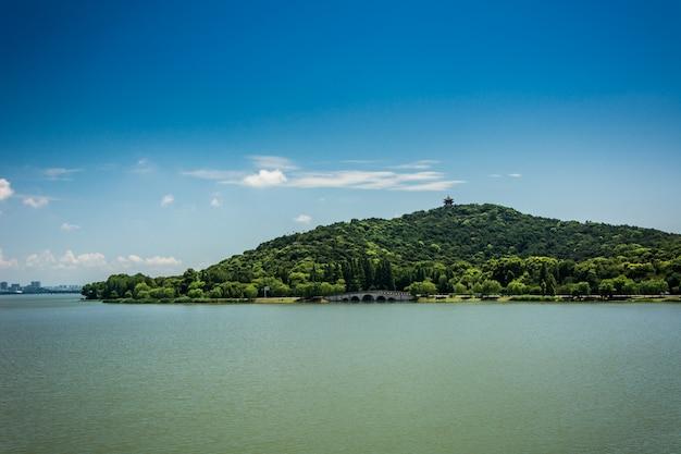Krajobraz z dużym jeziorem w górach ural.