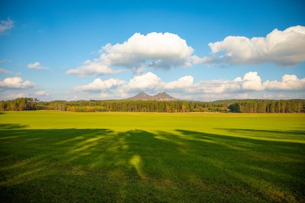 Krajobraz z dwoma wzgórzami w odległości i sławnym średniowiecznym grodowym bezdez w północnych cyganerii w jesieni, republika czech