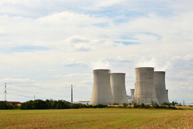 Krajobraz z energią jądrową. czechy dukovany - europa. naturalne tło ekologiczne.