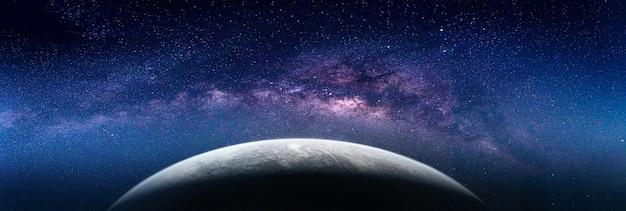 Krajobraz z galaktyką drogi mlecznej. (elementy tego zdjęcia dostarczone przez nasa)