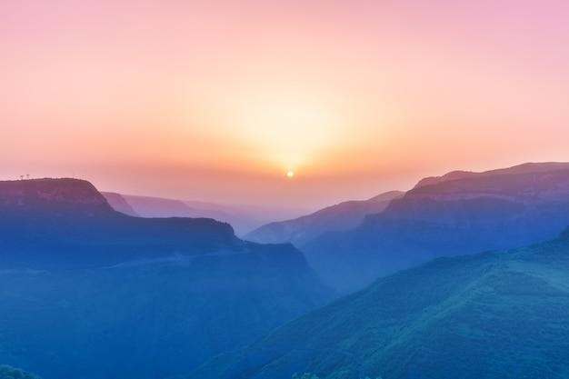 Krajobraz z górami i niebem w zmierzchu