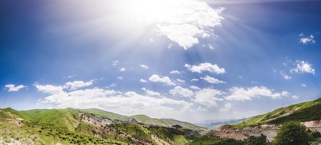 Krajobraz z górami i niebem