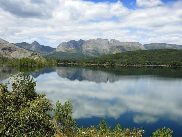 Krajobraz z górami i wodą