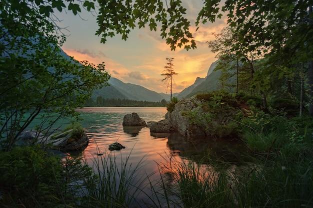 Krajobraz z jeziorem i zachodem słońca