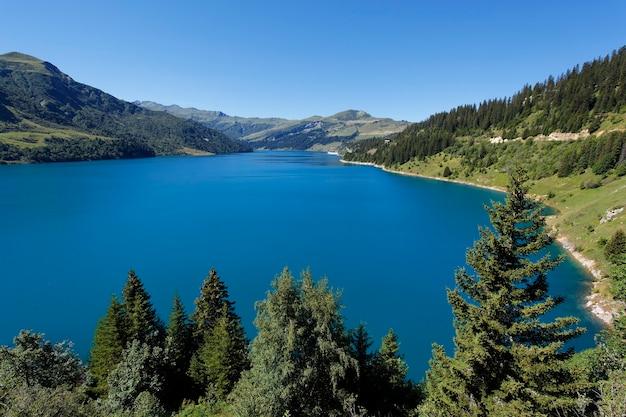 Krajobraz z jeziorem w alpach, francja