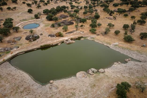 Krajobraz z lagunami w dehesa de la luz. estremadura. hiszpania.