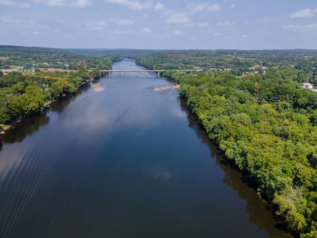 Krajobraz z lotu ptaka rzeka delaware amerykańskie miasto lambertville w stanie new jersey, widok w pobliżu małego miasteczka historycznego new hope pennsylvania, usa