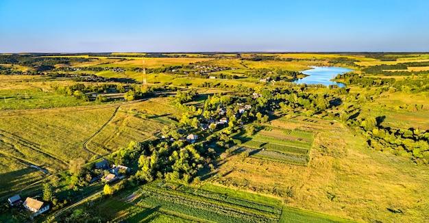 Krajobraz z lotu ptaka wyżyny centralnej rosji. wieś darnitsa, obwód kurski.
