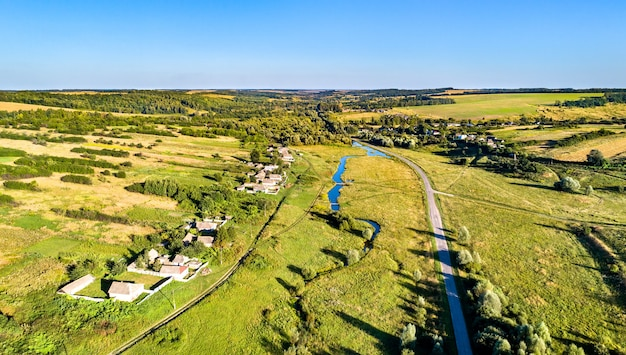 Krajobraz z lotu ptaka wyżyny centralnej rosji. wieś kosinova, obwód kurski.
