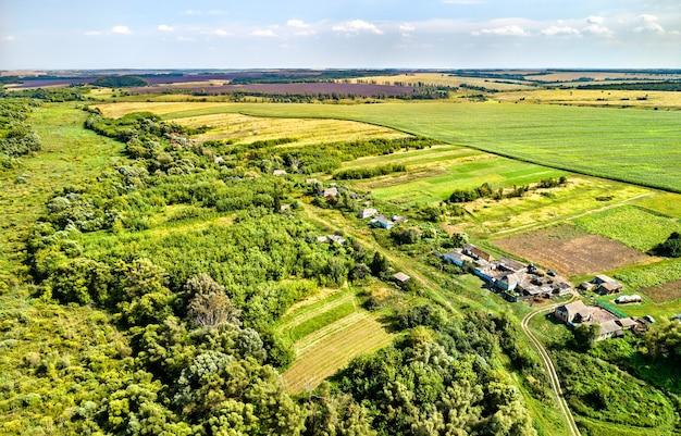 Krajobraz z lotu ptaka wyżyny centralnej rosji. wieś lukyanchikovo, obwód kurski.