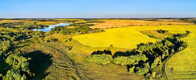 Krajobraz z lotu ptaka wyżyny centralnej rosji. wieś nikołajewka, obwód kurski.