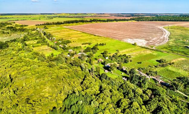 Krajobraz z lotu ptaka wyżyny centralnej rosji. wieś shuklino, obwód kurski.