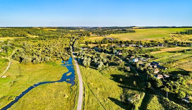 Krajobraz z lotu ptaka wyżyny centralnej rosji. wieś stoyanova, obwód kurski.