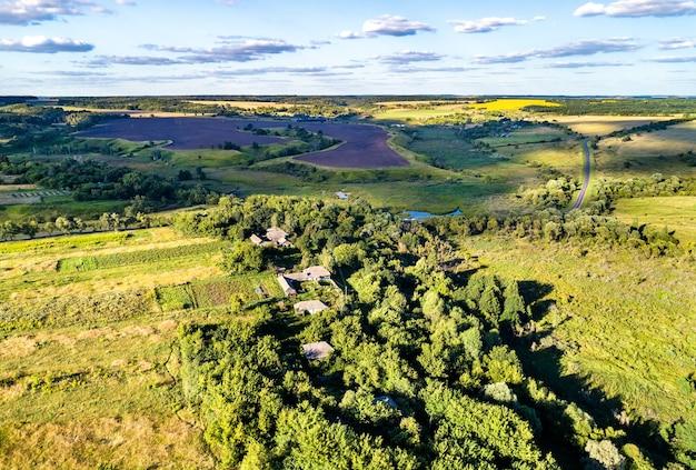 Krajobraz z lotu ptaka wyżyny centralnej rosji. wieś turayevka, obwód kurski