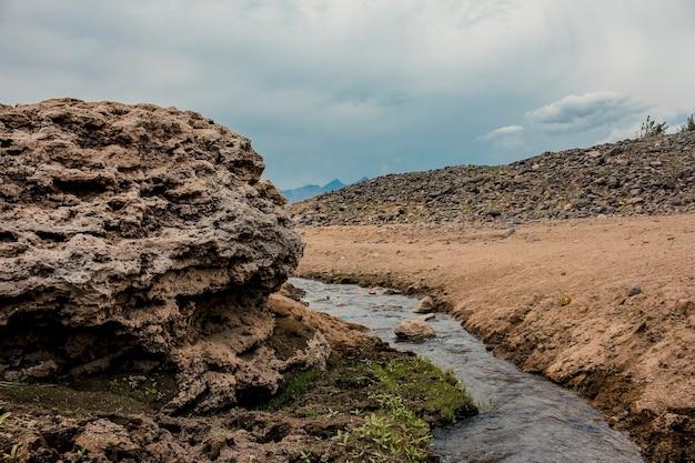 Krajobraz z malutkim strumieniem przepływającym przez skały