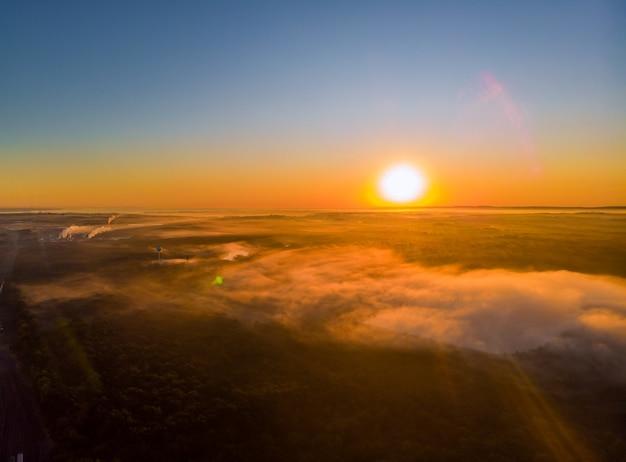 Krajobraz z mgłą rano nad jeziorem, majestatyczny wschód słońca lub zachód słońca w krajobrazie