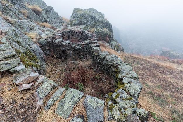 Krajobraz z mgłą w penha garcia. portugalia