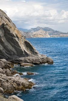 Krajobraz z morzem i górami