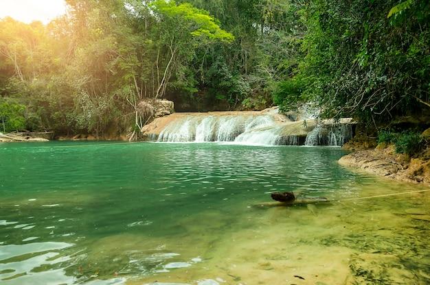 Krajobraz z niesamowitym wodospadem agua azul chiapas palenque mexico