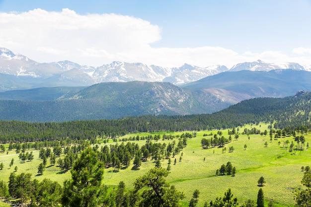 Krajobraz z panoramicznym widokiem na park narodowy gór skalistych, kolorado usa