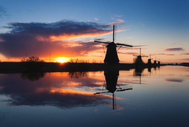 Krajobraz z pięknymi tradycyjnymi holenderskimi wiatrakami