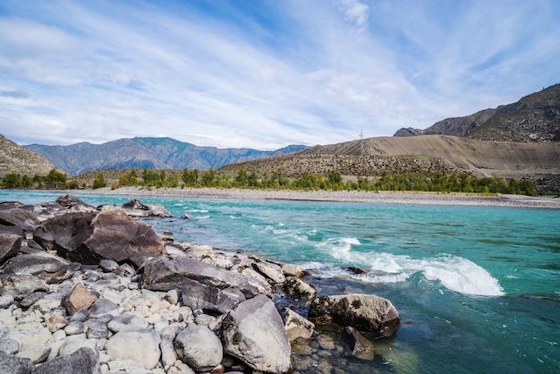 Krajobraz z rzeką katun w górach ałtaj jesienią