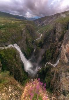 Krajobraz z siklawą, rzeką i górami, norwegia.