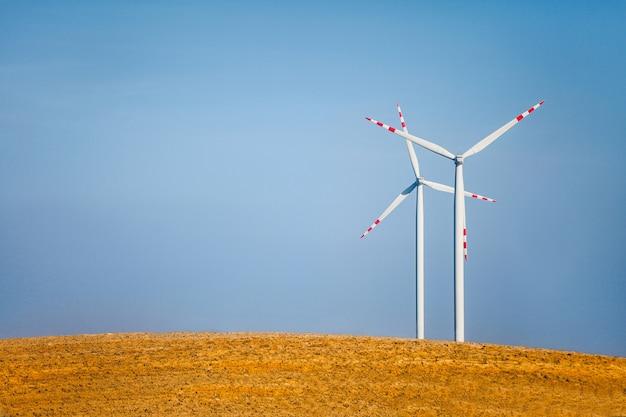 Krajobraz z turbinami wiatrowymi