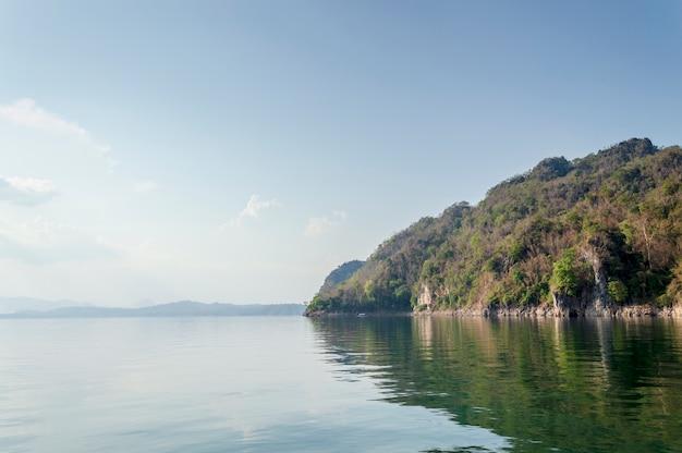 Krajobraz z vajiralongkorn dam w prowincji kanchanaburi tajlandii