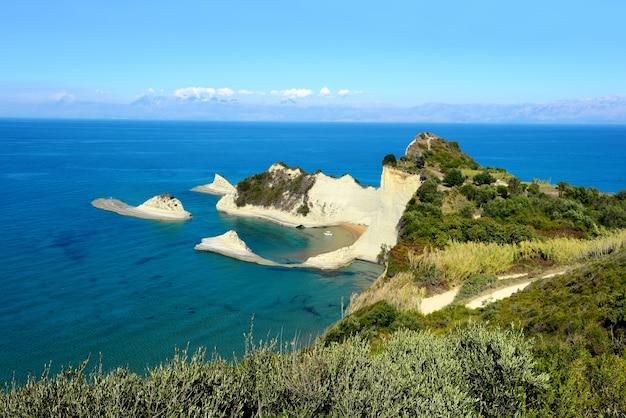 Krajobraz z widokiem na przylądek drastis na greckiej wyspie korfu.