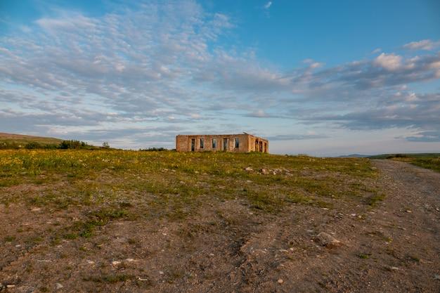 Krajobraz z widokiem na ruiny starego fortu wojskowego ze śladami