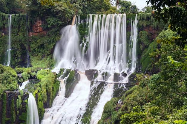 Krajobraz z wodospadami iguazu w argentynie, jednym z największych wodospadów na świecie.