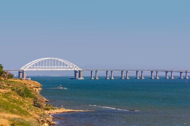 Krajobraz Z Wybrzeżem Morza Czarnego Z Widokiem Na Most Krymski Premium Zdjęcia