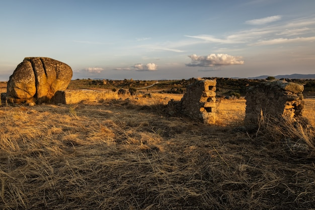 Krajobraz z zawaloną ścianą w pobliżu malpartida de caceres