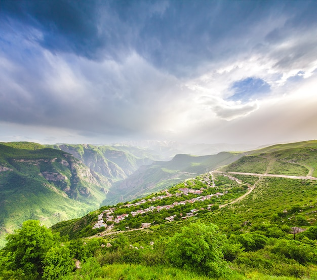 Krajobraz z zielonymi górami