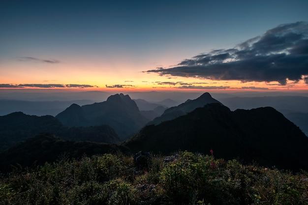 Krajobraz zachód słońca na górze w parku narodowym w dao luang chiang dao, chiang mai, tajlandia