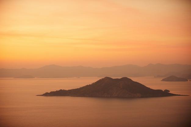 Krajobraz. zachód słońca nad górami i morzem