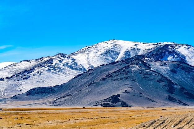 Krajobraz zachodniej mongolii z piękną górą i mongolskimi ger
