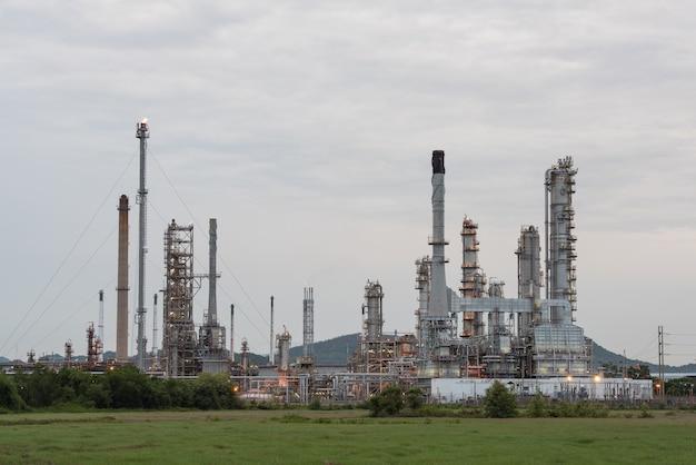 Krajobraz zakładu rafinerii ropy naftowej w nocy.